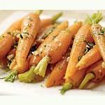 Una ensalada con zanahorias.