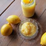 Un postre con limón.