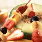 Un postre de frutas.