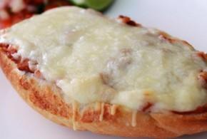 Huevos revueltos en pizza de queso